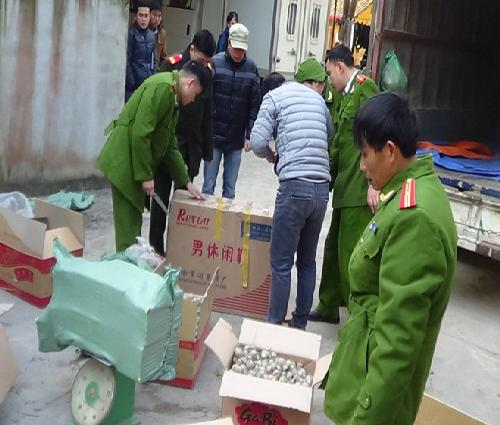 Men rừng đưa nửa tấn pháo nổ Trung Quốc về bán Tết