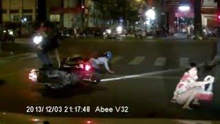 Cướp giật ở Sài Gòn: Tên cướp túi xách ngã xe bị dân đánh hội đồng