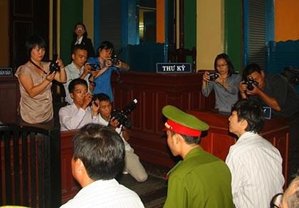 Báo chí tác nghiệp tại tòa: Nhà báo đang gặp cản trở