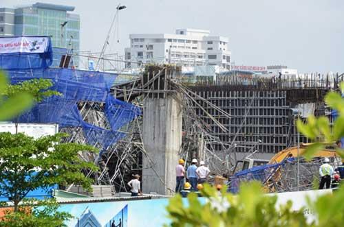 Sập giàn giáo công trình nhà 19 tầng, nhiều người mắc kẹt