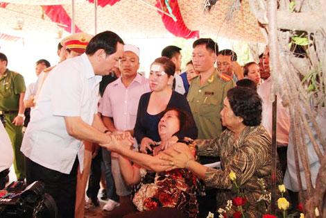 Bộ trưởng Trần Đại Quang thăm viếng và sẻ chia nỗi đau với gia đình các nạn nhân ở Bình Phước