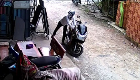 Sài Gòn: Trộm xe tay ga PCX trong tích tắc
