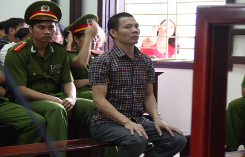 Lao đầu vào tường tự sát bất thành trong phòng xử án
